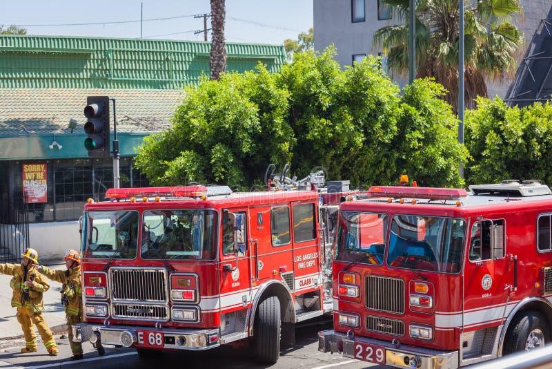 Los Angeles-Feuerwehrm?nner bei der Arbeit lizenzfreies stockfoto