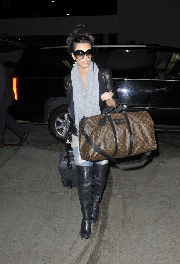 LOS ANGELES - FEVEREIRO 21, Kim Kardashian RELAXADO imagem de stock