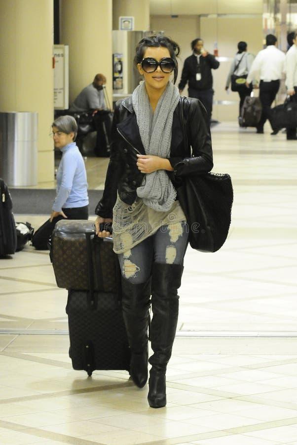 LOS ANGELES - FEVEREIRO 21, Kim Kardashian RELAXADO fotos de stock royalty free