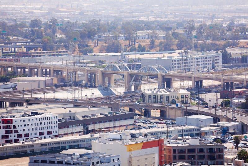 Los Angeles-Fluss mit Stadtbildansicht während des Tages stockfoto