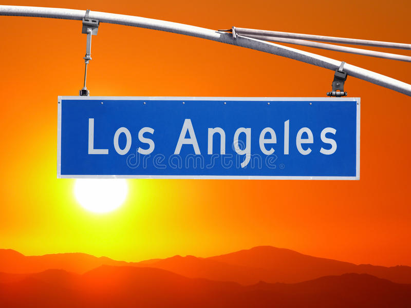 Los Angeles gatatecken med Santa Monica Mountains Sunset arkivfoton