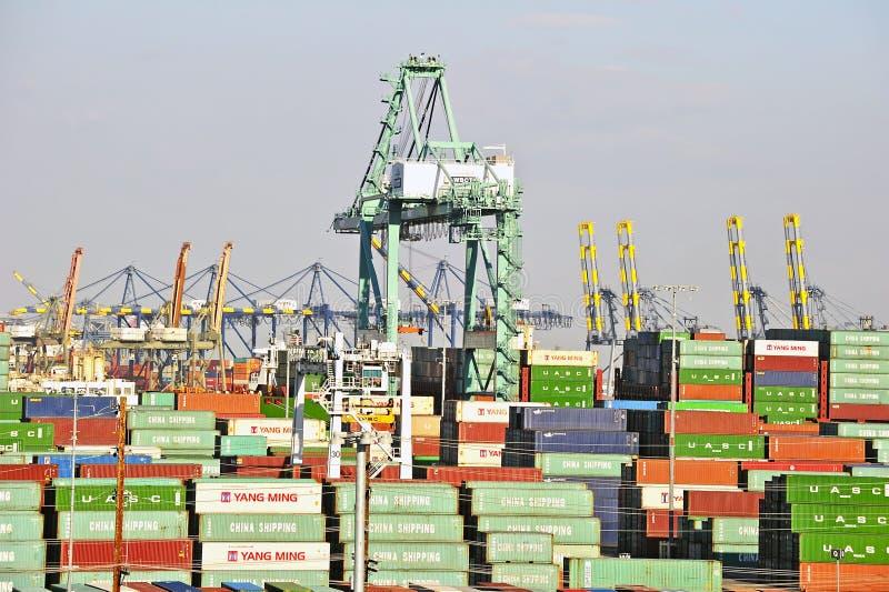 Los Angeles-Hafen-Werft-Kräne und Behälter stockbild