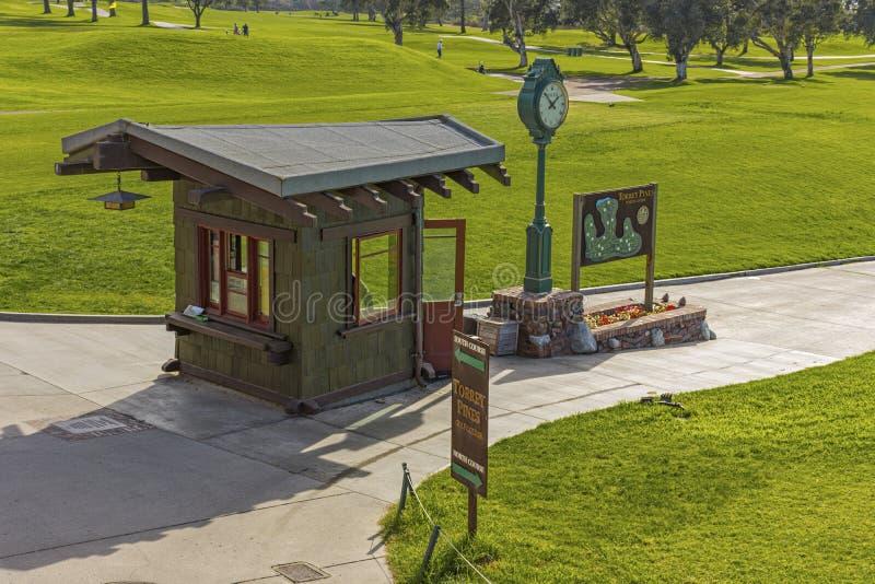 LOS ANGELES JOLLA, KALIFORNIA, usa - LISTOPAD 6, 2017: Starter chałupa na pierwszy trójniku Torrey sosen pole golfowe blisko San  fotografia royalty free