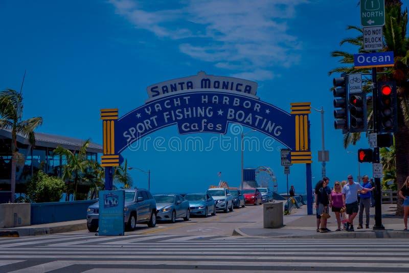 Los Angeles, Kalifornia, usa, CZERWIEC, 15, 2018: Plażowi odwiedzający przy Snata Monica molem na oceanie Aven w Snata Monica obraz royalty free
