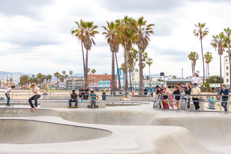 LOS ANGELES, KALIFORNIA, usa - Maj 11, 2019: Betonowe rampy i drzewka palmowe przy popularnym Wenecja plaży deskorolka parkiem fotografia stock