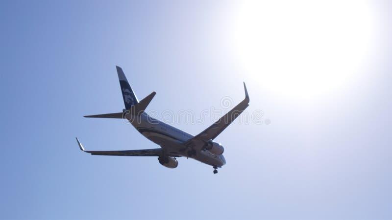 LOS ANGELES, KALIFORNIA, usa - OCT 9th, 2014: Alaska Airlines Boeing 737 pokazywać króko przedtem lądować przy losu angeles lotni obraz stock