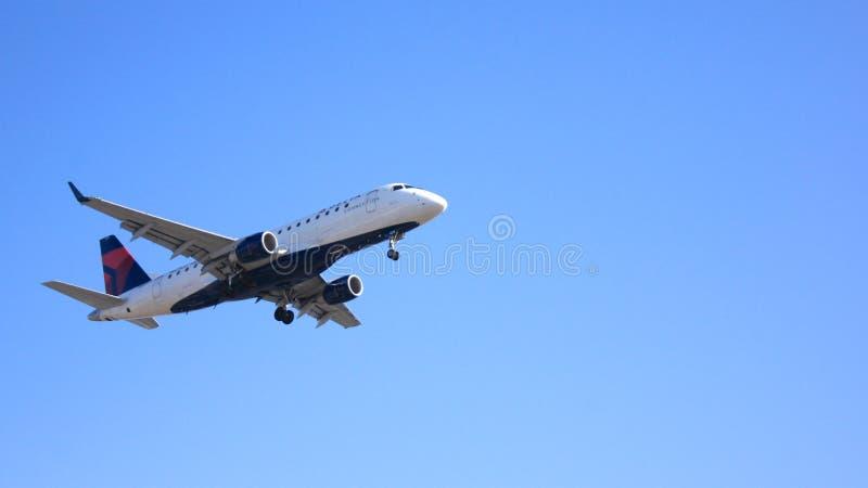 LOS ANGELES, KALIFORNIA, usa - OCT 9th, 2014: Cyrklowy linii lotniczej Embraer 175LR MSN 236 N629CZ pokazywać lądować króko przed zdjęcia stock