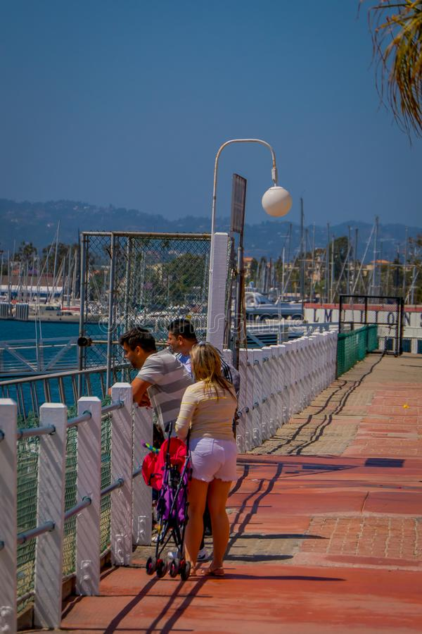 Los Angeles, Kalifornia, usa, SIERPIEŃ, 20, 2018: Plenerowy widok niezidentyfikowani turyści w Snata Monica plaży w Los zdjęcie stock