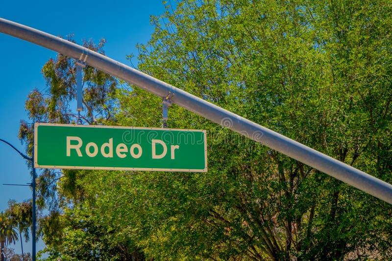 Los Angeles Kalifornien, USA, AUGUSTI, 20, 2018: Den utomhus- sikten av informativt undertecknar in Beverly Hills av rodeodren so arkivfoton