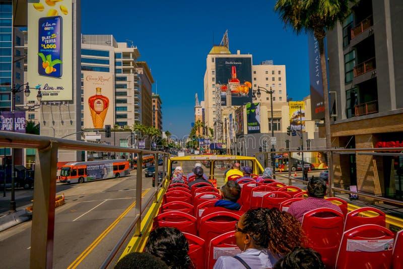 Los Angeles Kalifornien, USA, AUGUSTI, 20, 2018: En turnerabuss som kör i populära gränsmärken för Beverly Hills visningturister royaltyfria bilder