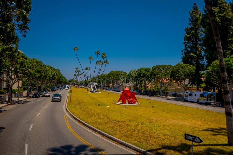 Los Angeles Kalifornien, USA, AUGUSTI, 20, 2018: Utomhus- sikt av bilar i Beverly Hills på medborgarcentret på Rexford Dr arkivbilder
