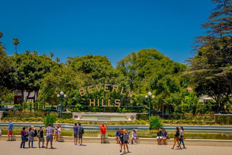 Los Angeles Kalifornien, USA, AUGUSTI, 20, 2018: Utomhus- sikt av oidentifierat folk som tar bilder och framme poserar royaltyfri fotografi