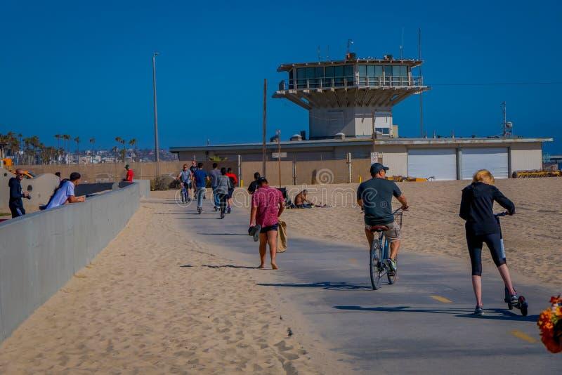 Los Angeles Kalifornien, USA, JUNI, 15, 2018: Den utomhus- sikten av oidentifierat folk på Venedig sätter på land i Santa Monica, arkivbild