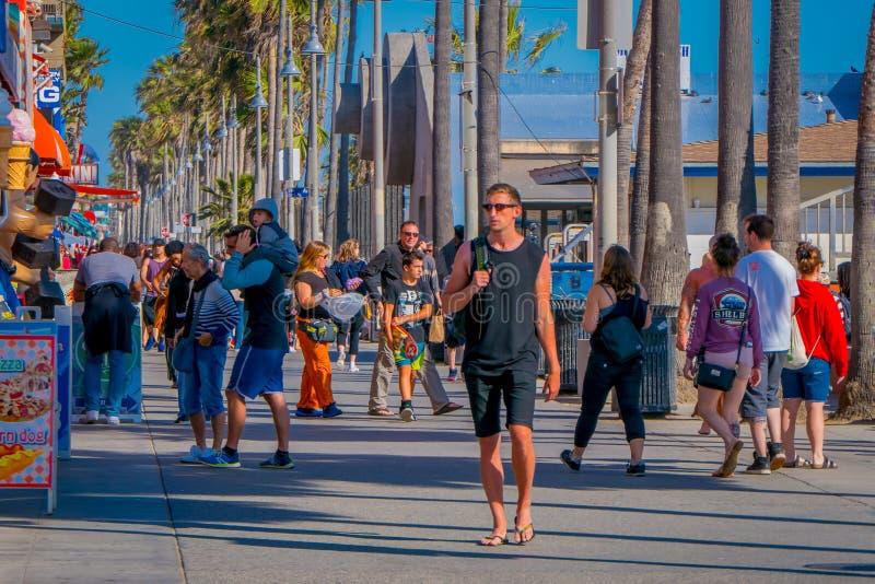Los Angeles Kalifornien, USA, JUNI, 15, 2018: Den utomhus- sikten av oidentifierat folk promenerar den Venedig strandstrandpromen royaltyfri foto