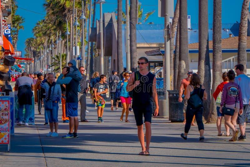 Los Angeles Kalifornien, USA, JUNI, 15, 2018: Den utomhus- sikten av oidentifierat folk promenerar den Venedig strandstrandpromen arkivbild