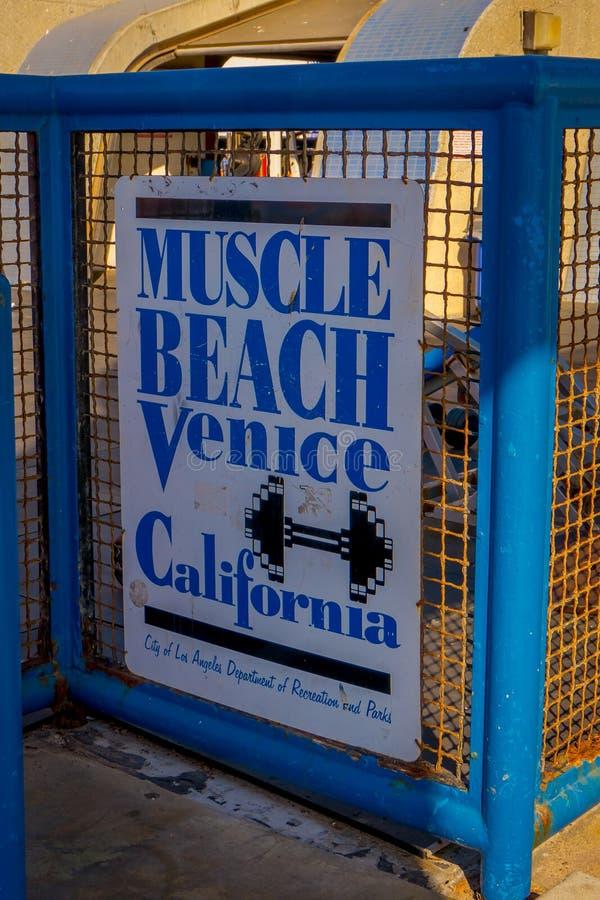 Los Angeles Kalifornien, USA, JUNI, 15, 2018: Den Venedig stranden, muskelstrandtecken välkomnar besökare till den berömda staden arkivbilder