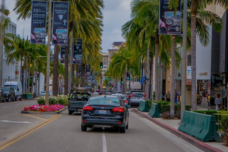 Los Angeles Kalifornien, USA, JUNI, 15, 2018: Oidentifierat folk som går i trottoaren av Beverly Hills, Los Angeles arkivbilder