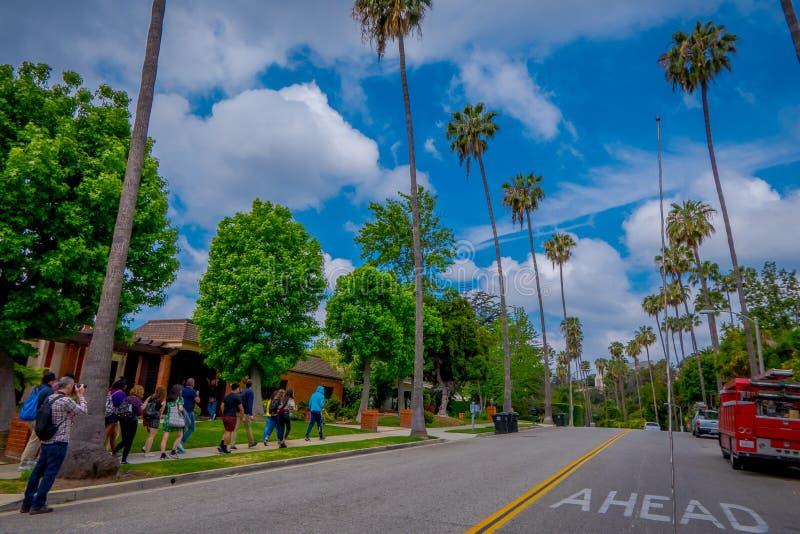 Los Angeles Kalifornien, USA, JUNI, 15, 2018: Oidentifierat folk som går i trottoaren av Beverly Hills, Los Angeles fotografering för bildbyråer