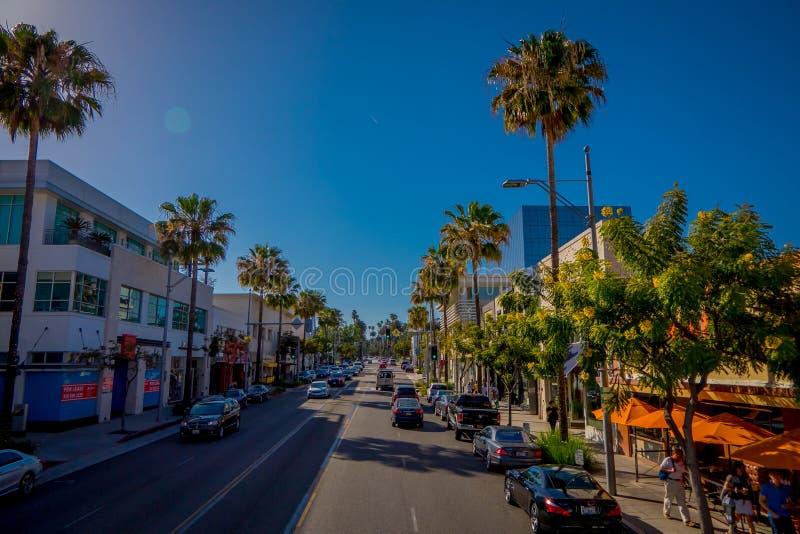 Los Angeles Kalifornien, USA, JUNI, 15, 2018: Palmträdgata i Beverly Hills och bilar som cirkulerar i vägarna av fotografering för bildbyråer