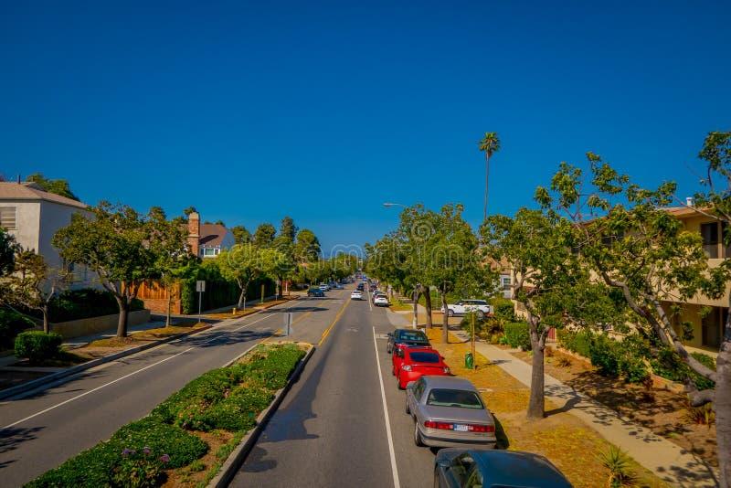 Los Angeles Kalifornien, USA, JUNI, 15, 2018: Palmträdgata i Beverly Hills och bilar som cirkulerar i vägarna av arkivfoto