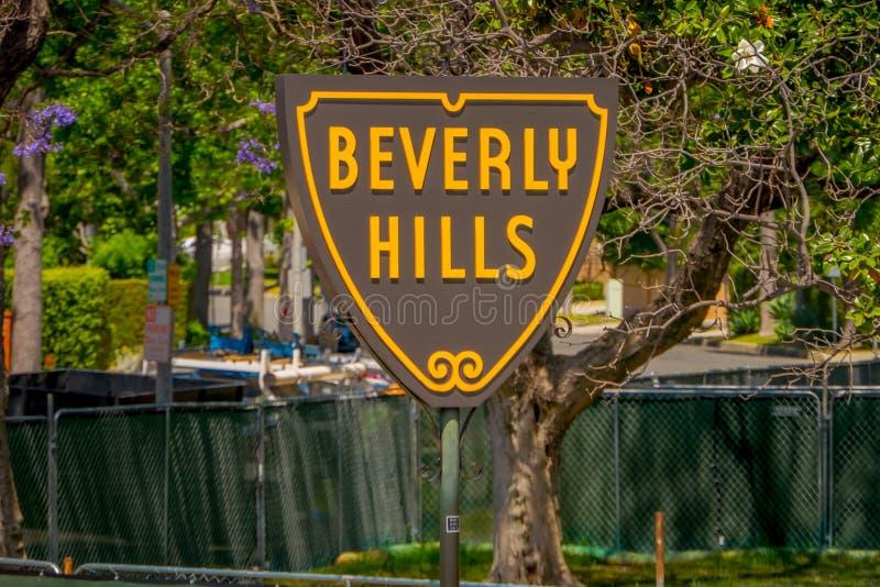 Los Angeles Kalifornien, USA, JUNI, 15, 2018: Slut upp av den Beverly Hills skölden på Santa Monica Boulevard dessa fotografering för bildbyråer