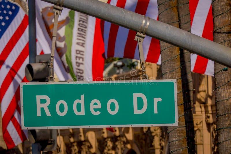 Los Angeles Kalifornien, USA, JUNI, 15, 2018: Slut upp av gatatecknet för N Rodeodrev och via rodeodrev i Beverly royaltyfria bilder