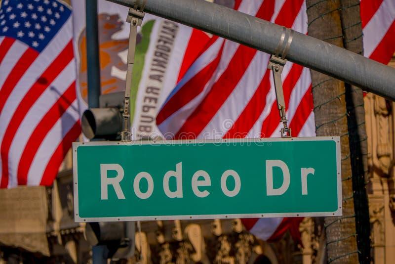 Los Angeles Kalifornien, USA, JUNI, 15, 2018: Slut upp av gatatecknet för N Rodeodrev och via rodeodrev i Beverly fotografering för bildbyråer