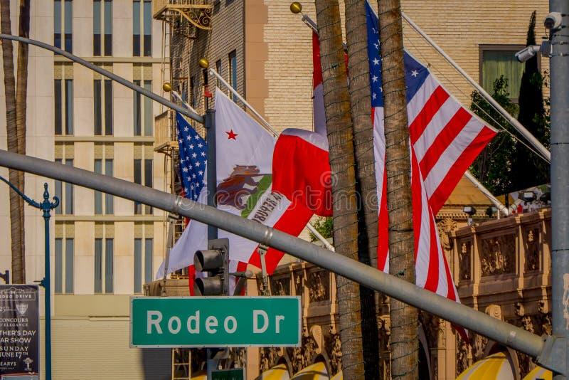 Los Angeles Kalifornien, USA, JUNI, 15, 2018: Slut upp av gatatecknet för N Rodeodrev och via rodeodrev i Beverly arkivbild