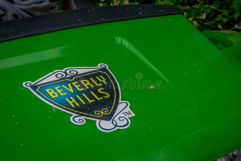 Los Angeles Kalifornien, USA, JUNI, 15, 2018: Utomhus- sikt av Beverly Hills det iconic stadssymbolet i en metallisk gräsplan arkivfoto