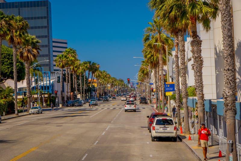 Los Angeles Kalifornien, USA, JUNI, 15, 2018: Utomhus- sikt av caras som parkeras på ondesidan av gatorna av Beverly Hills royaltyfri fotografi