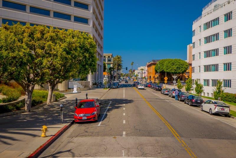 Los Angeles Kalifornien, USA, JUNI, 15, 2018: Utomhus- sikt av caras som parkeras på ondesidan av gatorna av Beverly Hills fotografering för bildbyråer