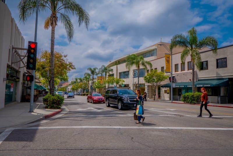 Los Angeles Kalifornien, USA, JUNI, 15, 2018: Utomhus- sikt av oidentifierat folk som går i gatorna på beverly royaltyfri foto