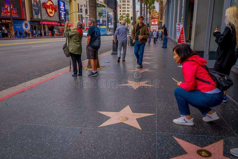 Los Angeles, la Californie, Etats-Unis, JUIN, 15, 2018 : Touristes non identifiés posant et prenant des photos dans la promenade  photo libre de droits