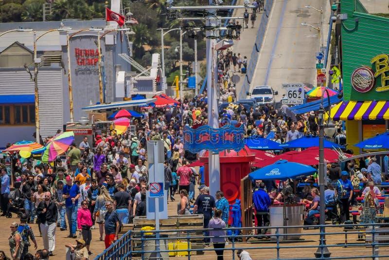 Los Angeles, la Californie, Etats-Unis, JUIN, 15, 2018 : Vue extérieure des personnes marchant au pilier de Santa Monica Pier, au photo stock