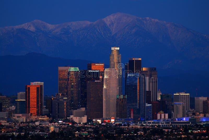 Los Angeles linia horyzontu i San Gabriel góry, półmrok fotografia royalty free