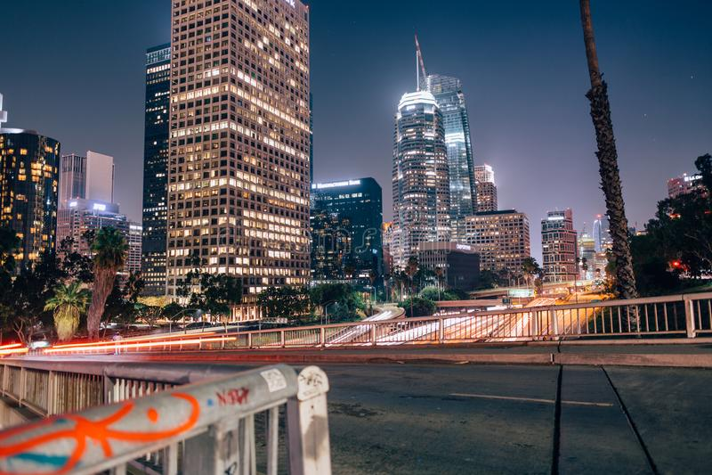 Los Angeles linia horyzontu nad autostradą 101 obrazy stock