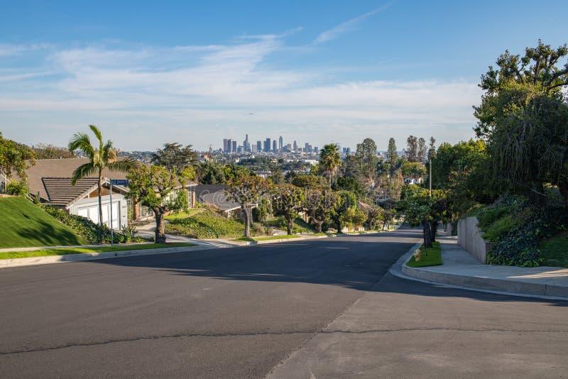 Los Angeles Mieszkaniowa ulica z W centrum los angeles linią horyzontu zdjęcia royalty free