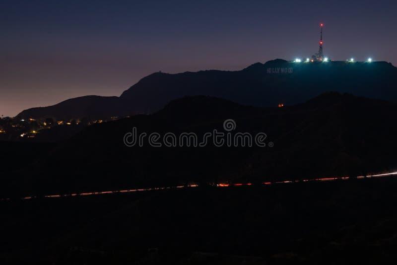 Los Angeles nachts mit Hollywood-Zeichen und klarem blauem Himmel lizenzfreie stockfotografie