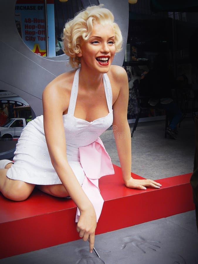 LOS ANGELES, NOV. 14, 2014: Mening over beroemd Marilyn Monroe-beroemdheidswaxwork lichaamscijfer en haar drukken van palmhanden  stock afbeelding