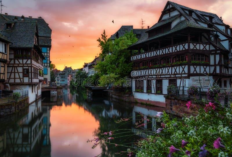 Los Angeles Petite France z piękna połówka cembrującymi domami fotografia royalty free