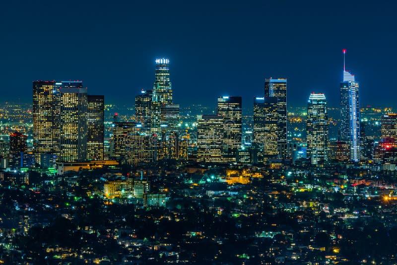 Los Angeles skyskrapor på natten arkivbild