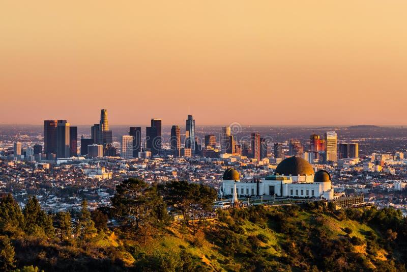 Los Angeles skyskrapor på solnedgången fotografering för bildbyråer