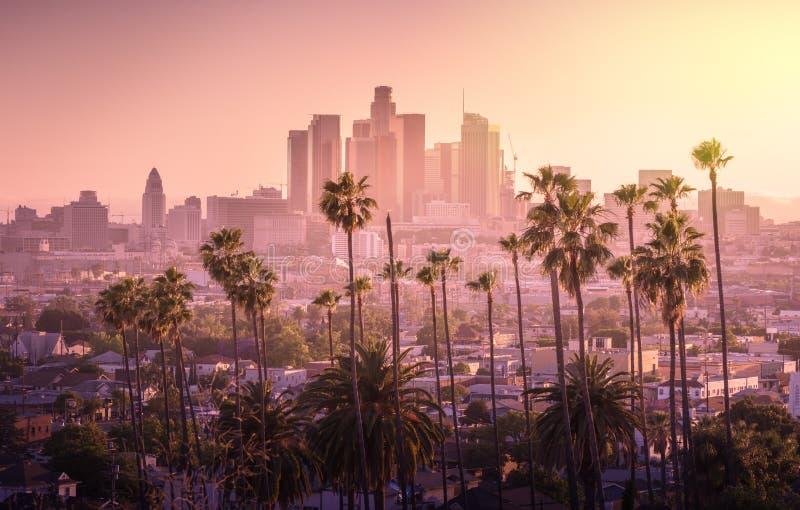 Los Angeles som är i stadens centrum på solnedgången arkivbild
