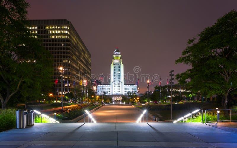 Los Angeles stadshus, i stadens centrum finansiellt område av den Los Angeles staden på natten, Kalifornien, Amerikas förenta sta arkivfoto