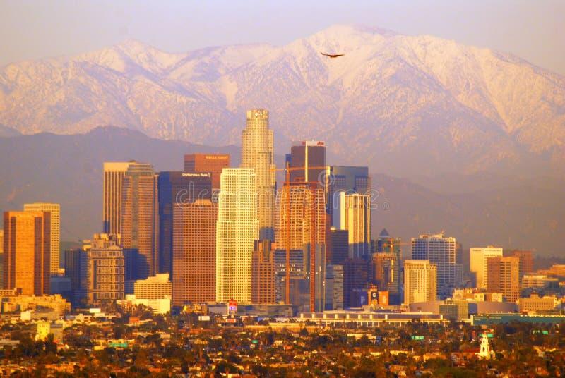 Los Angeles und San Gabriel Mountains lizenzfreies stockbild