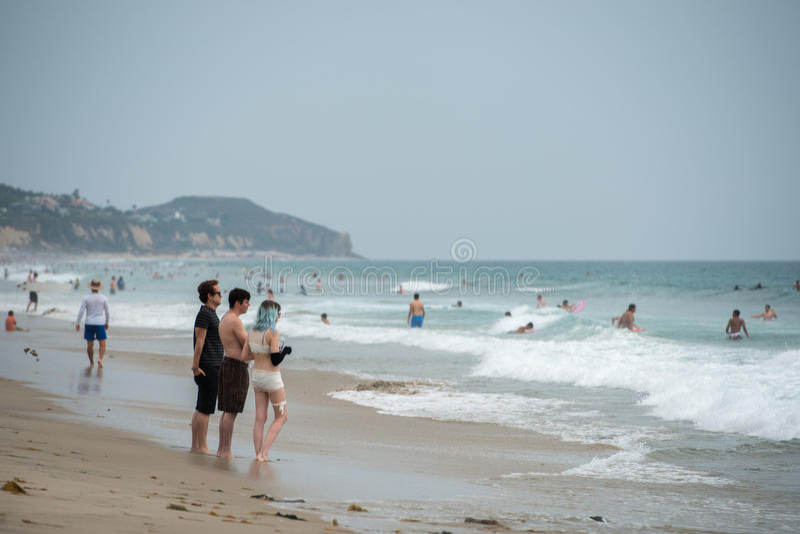 LOS ANGELES, USA - 3. August 2014 - Leute auf sandigem Strand Zumas lizenzfreie stockbilder