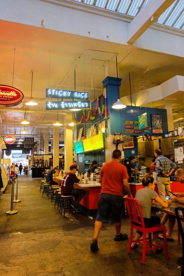 Los Angeles USA - Augusti 8, 2016: folk som har mål på den thailändska matrestaurangen i den Grand Central marknaden, berömt stäl arkivfoto
