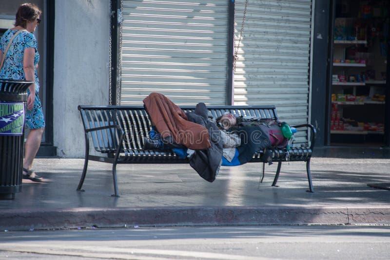 LOS ANGELES, usa Bezdomny dosypianie na ławce na spacerze sława - SIERPIEŃ 1, 2014 - zdjęcie royalty free