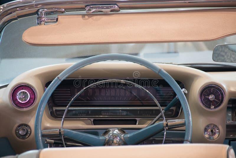 Los Angeles, USA - Januar 2017 Innerhalb eines alten blauen Cadillac-Eldorados lizenzfreie stockfotografie