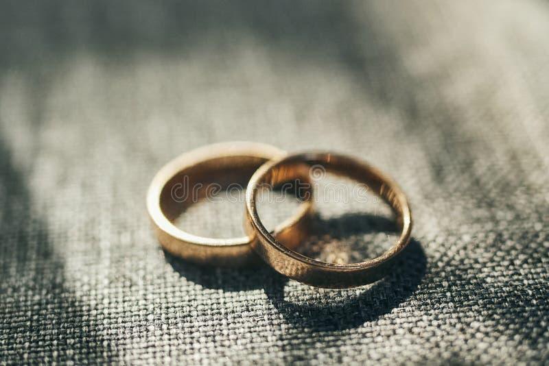 Los anillos de bodas están en la tabla fotografía de archivo libre de regalías